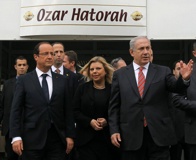 President Francois Hollande (L) Israeli Prime Minister Benjamin Netanyahu (R) and his wife Sarah Netanyahu (C) leave the classroom during a visit to the Jewish school Ozar Hatorah in Toulouse, France, November 1, 2012. © GUILLAUME Horcajuelo / epa / Corbis